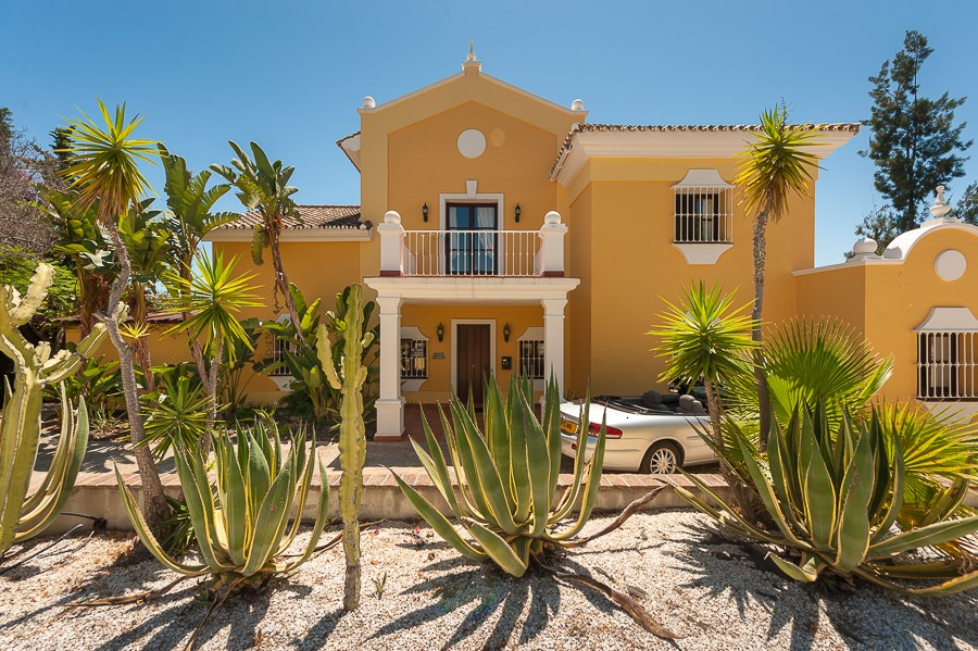 Villa for sale in Estepona Alta, Estepona
